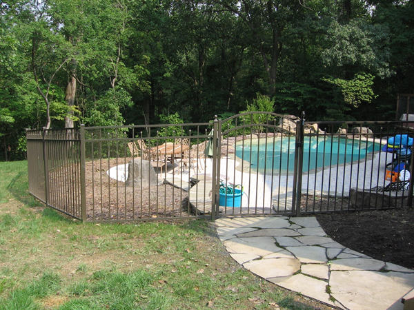 4 Reasons to Install an Aluminum Fence Around Your Pool